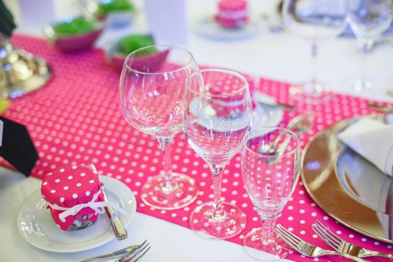 Elegant tabelluppsättning för gifta sig eller händelseparti i rosa färger med prickar arkivbild