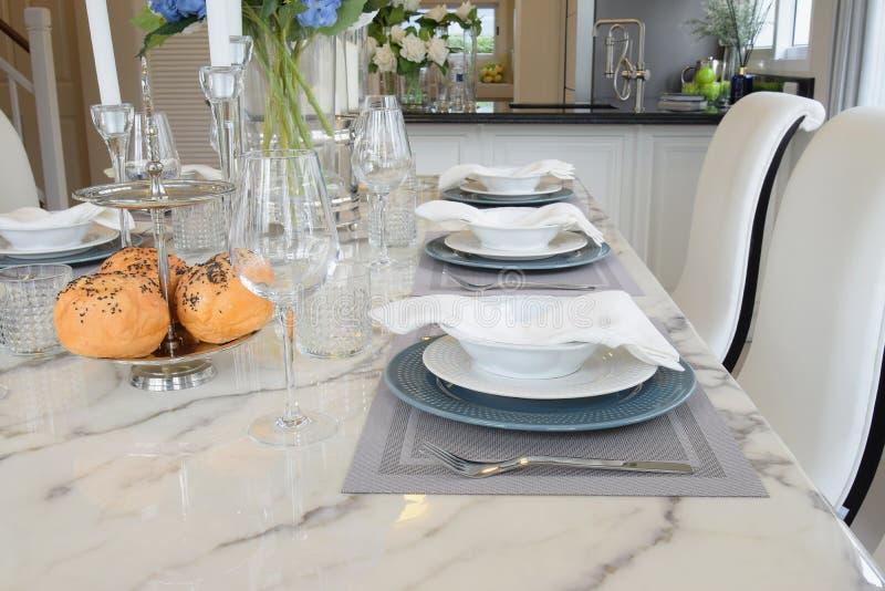 Elegant tabelluppsättning i tappningstilmatsal royaltyfria foton