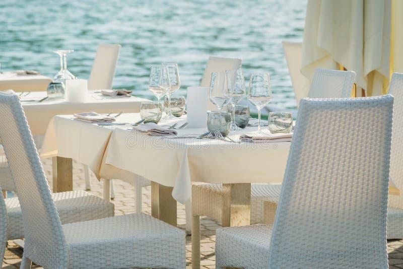 Elegant tabelluppsättning på havet royaltyfri bild
