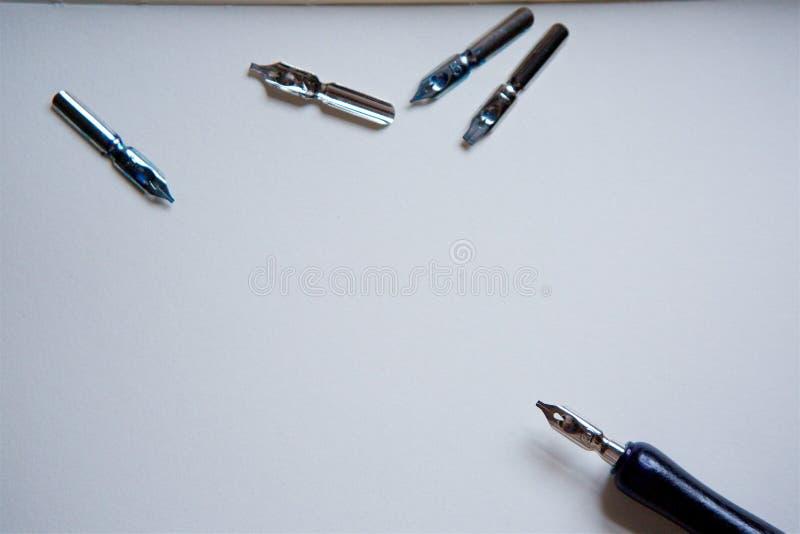 Elegant tappningfjäderpenna royaltyfria bilder