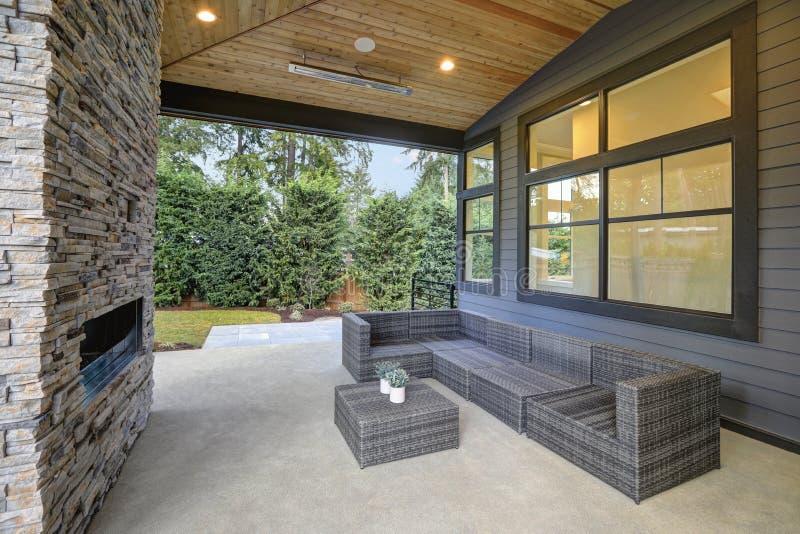 Elegant terrasontwerp met gewelfde plafond en steenopen haard stock foto's