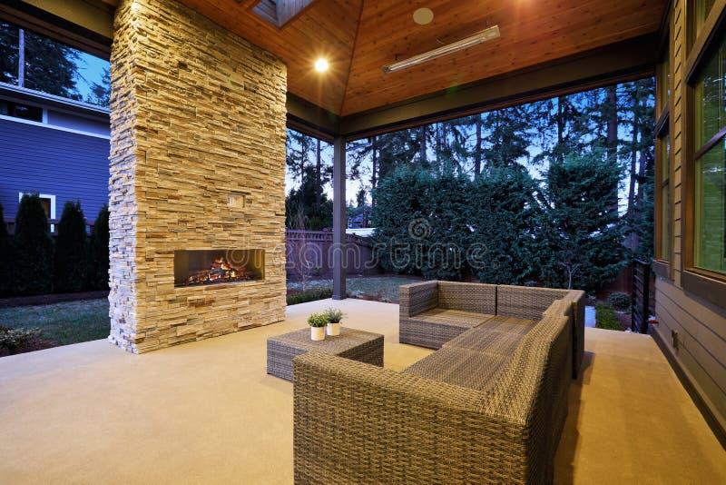 Elegant terrasontwerp met gewelfde plafond en steenopen haard royalty-vrije stock afbeeldingen