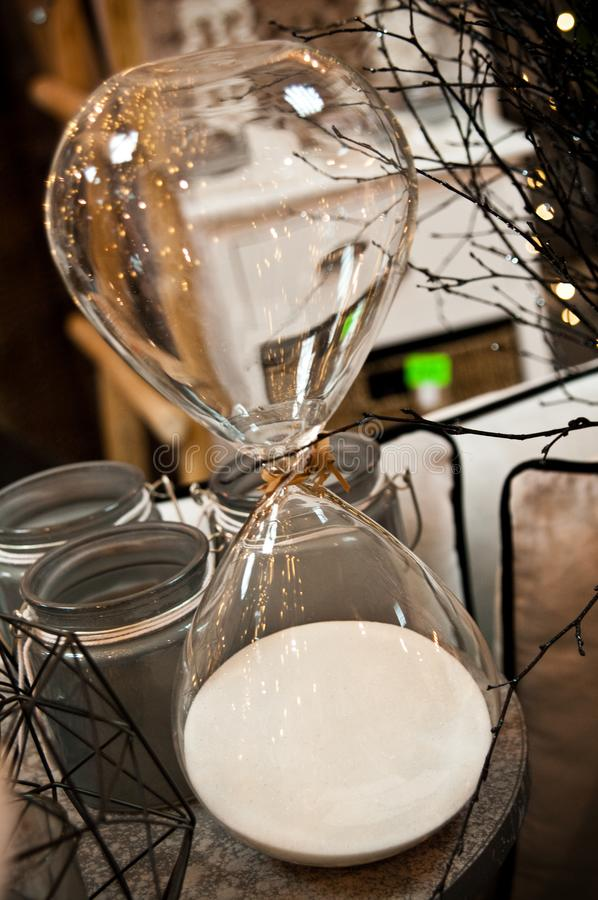 Elegant timglas som shoppar garneringobjekt fotografering för bildbyråer