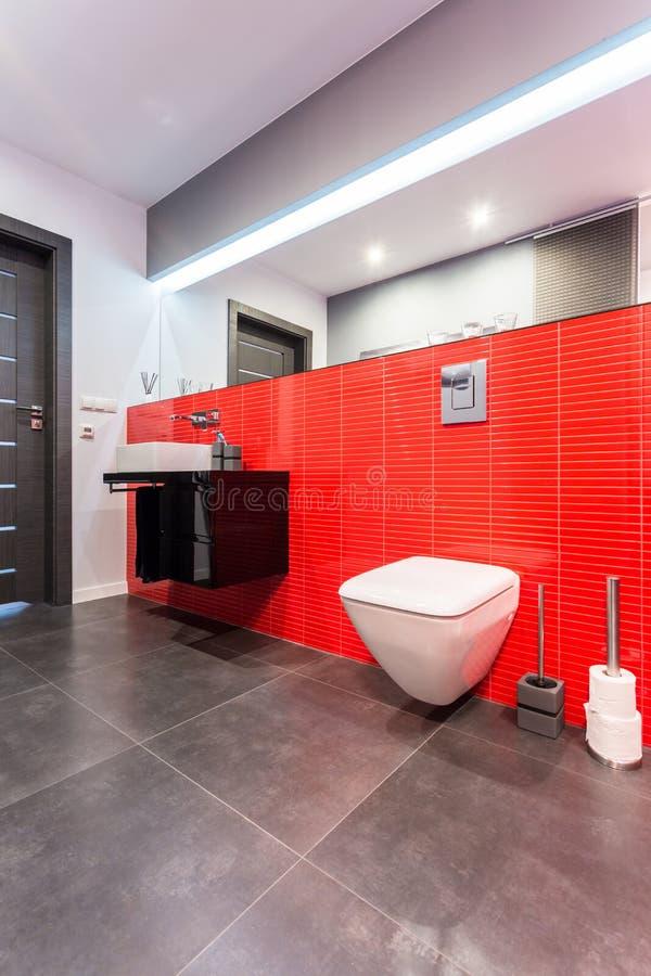 Elegant toilet in rood stock foto's