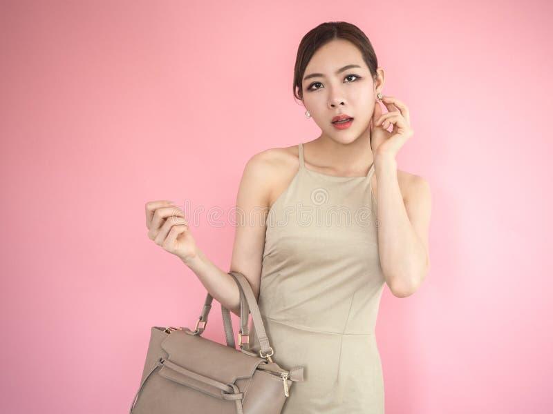 Elegant trendig kvinna med läderhandväskan, härlig flicka t arkivfoton