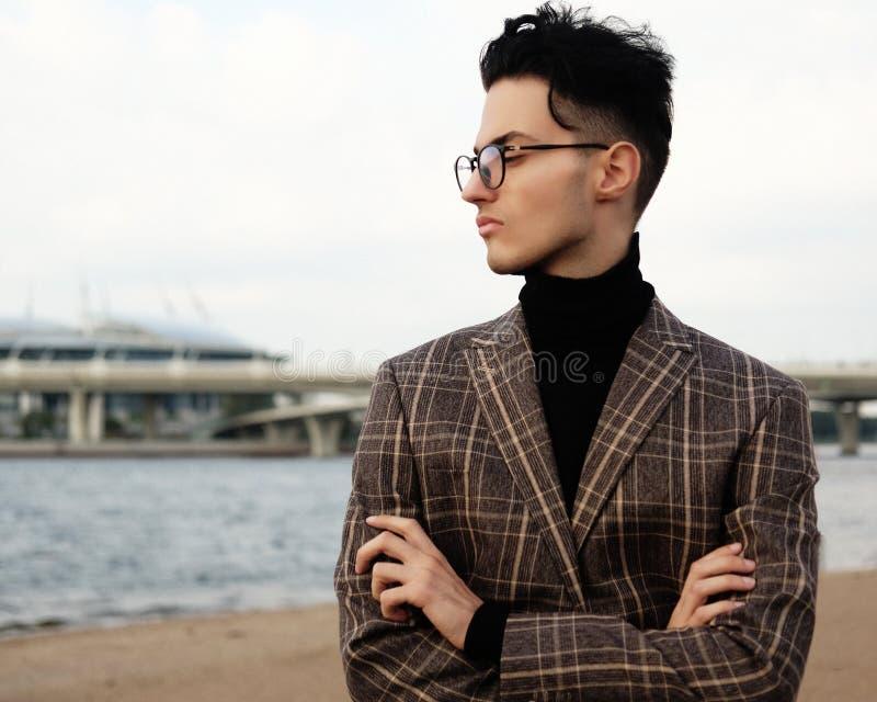 Elegant trendig man i utomhus- exponeringsglas, sommardag fotografering för bildbyråer