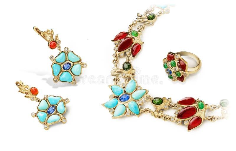 Elegant und arbeiten Sie Schmuck goldenen Satz von Ringen, von Ohrringen und von Halskette mit Rubinen, Saphiren, Smaragden, Türk stockbilder