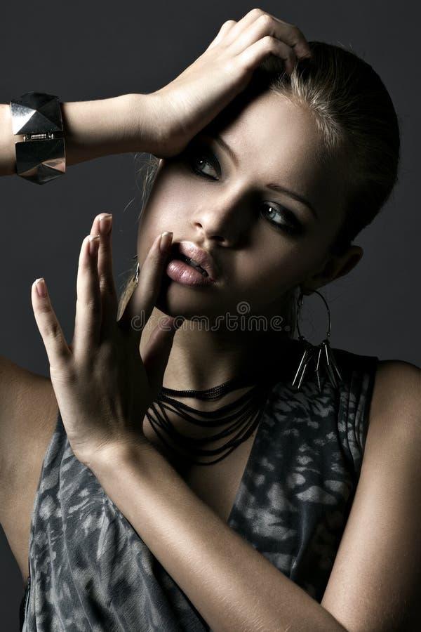 Elegant ung beautyful kvinna som plattforer i darken arkivbild