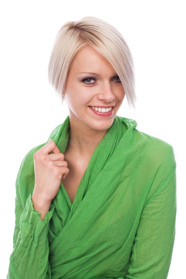Elegant ung blond kvinna i gräsplan arkivbilder
