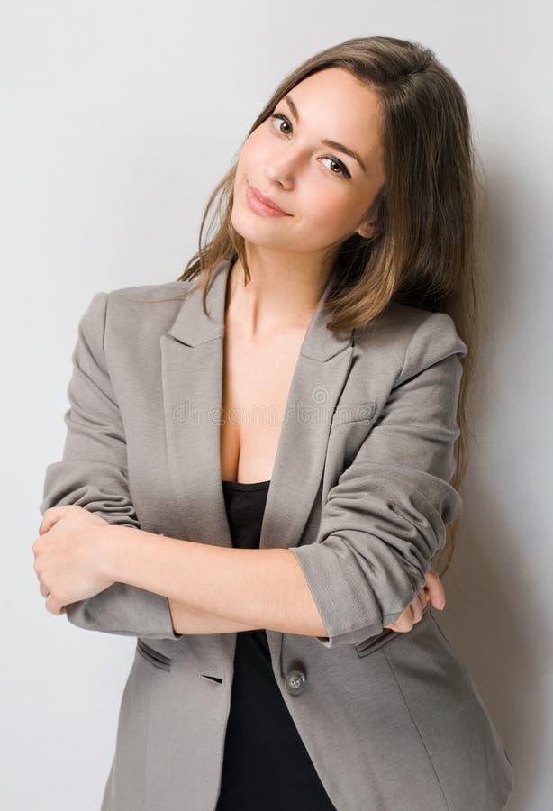 Elegant ung brunettkvinna. royaltyfria bilder