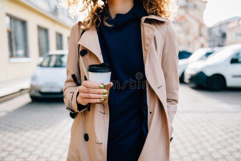 Elegant ung kvinna för närbild royaltyfri bild