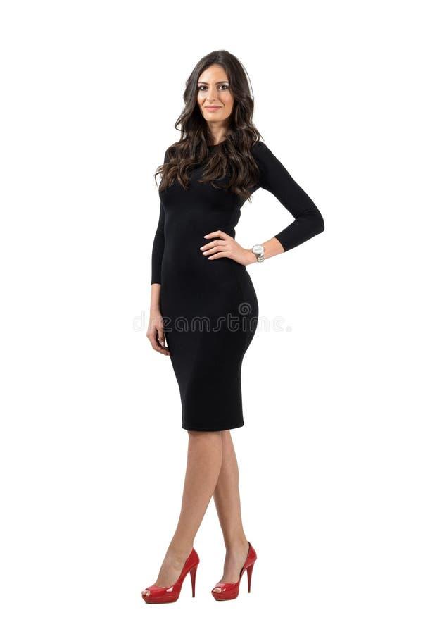 Elegant ung kvinna i den korta lilla klänningen som ser kameran royaltyfria foton