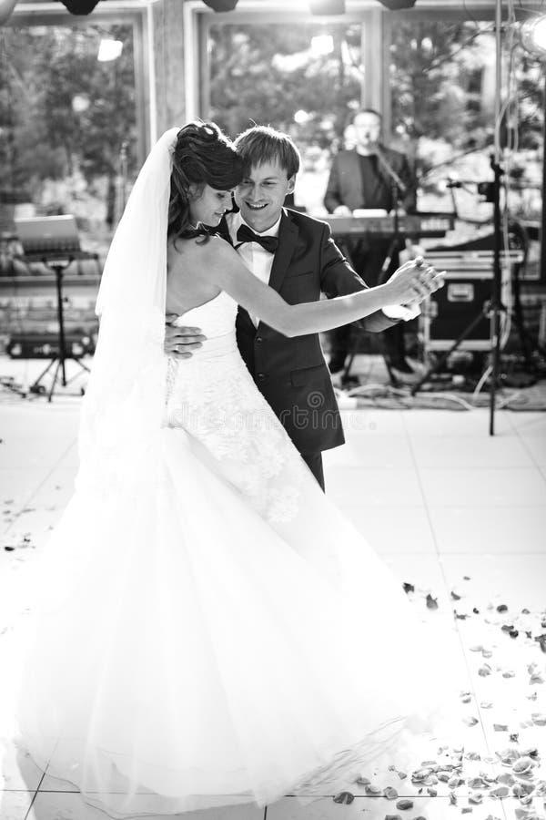 Elegant ursnygg lycklig brud och brudgum som utför deras första da arkivbilder