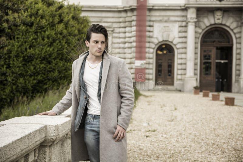 Elegant utomhus- bärande ulllag för ung man royaltyfri fotografi
