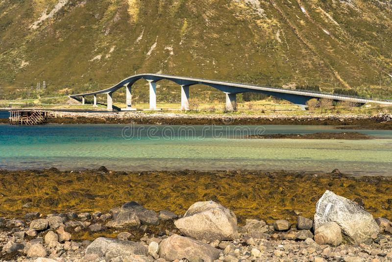 Elegant vägbro, Lofoten öar, Norge arkivfoto