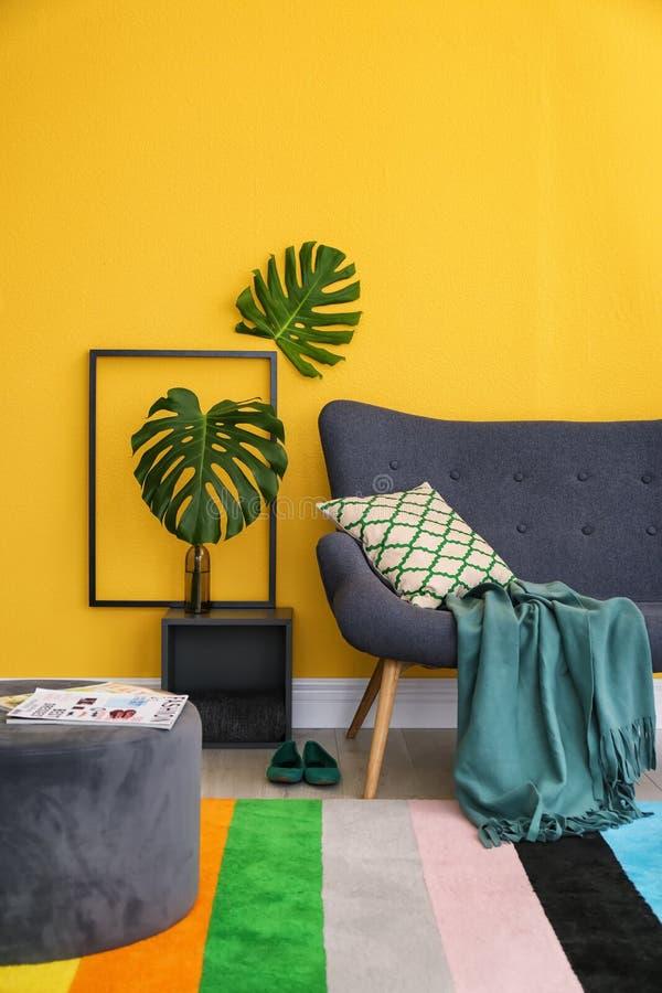 Elegant vardagsruminre med den bekväma soffan arkivfoton