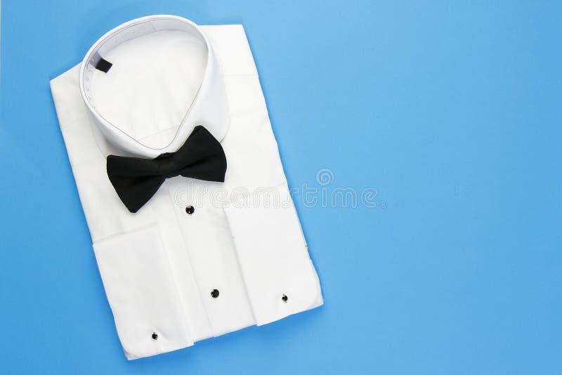 Elegant vit skjorta för män med den svarta flugan royaltyfria foton