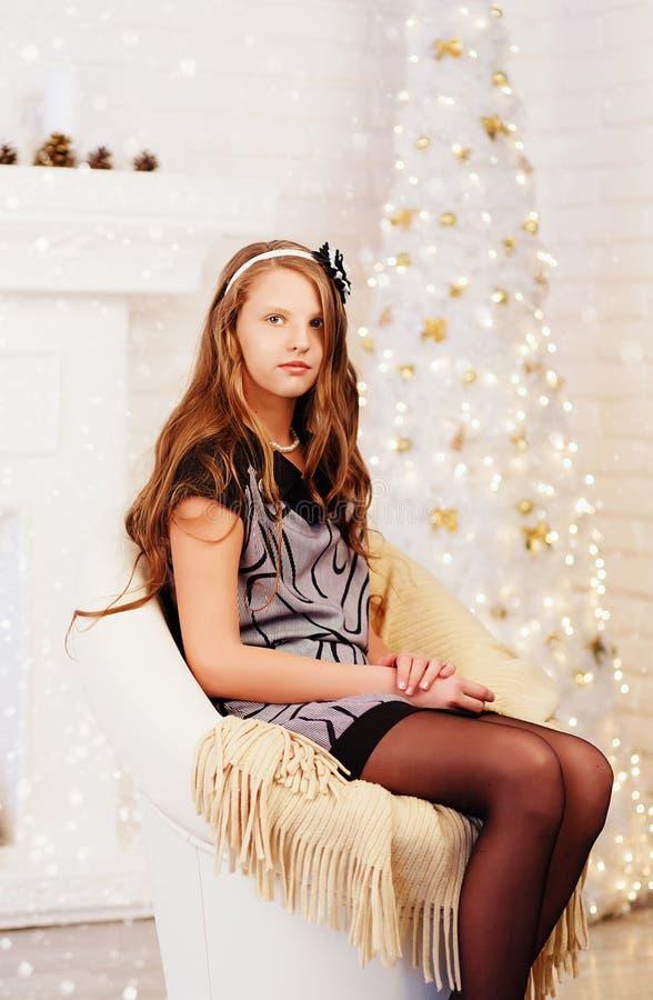 Elegant vrij langharig glimlachend tienermeisje in kleding in interio royalty-vrije stock foto