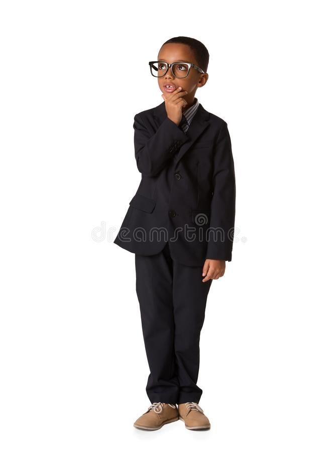 Elegant weinig nadenkende jongen met glazen in pak Het schot van de studio stock afbeelding