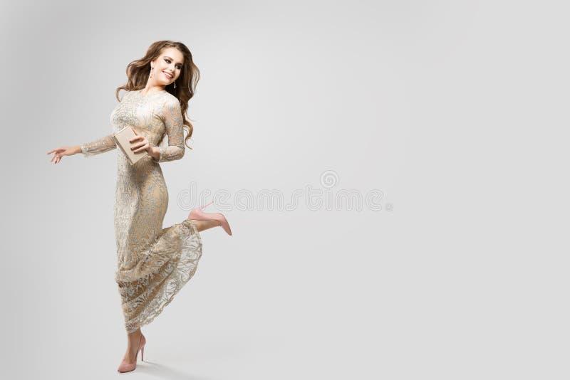Elegant Woman Evening Sparkling Dress, Happy Fashion Model in een mooi Gown, Beauty Studio-portret royalty-vrije stock fotografie