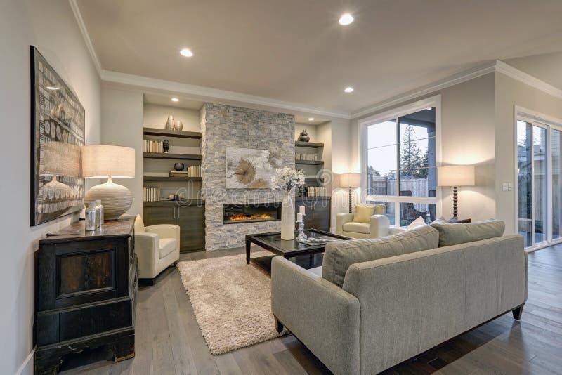 Elegant woonkamerbinnenland in grijze kleuren stock afbeeldingen