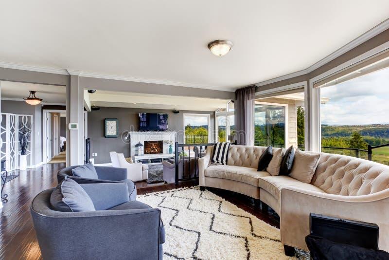 Elegant woonkamerbinnenland in luxehuis royalty-vrije stock afbeeldingen