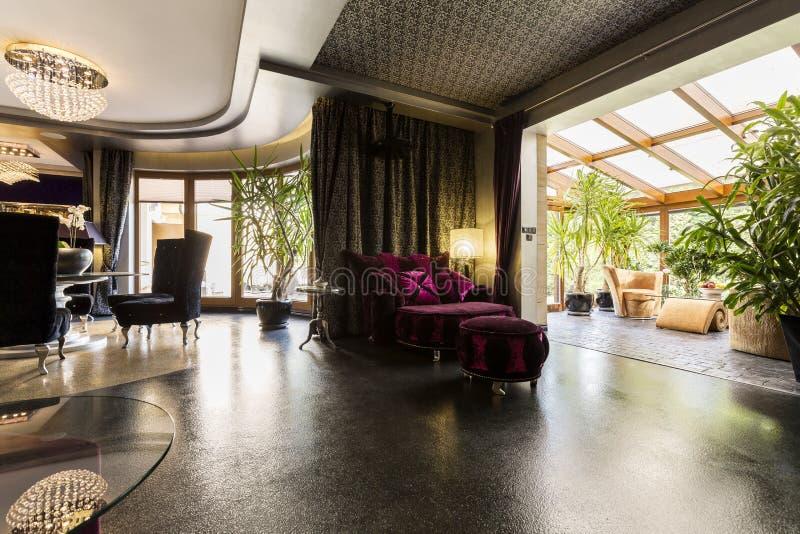 Elegant woonkamerbinnenland met een fonkelende vloer stock fotografie