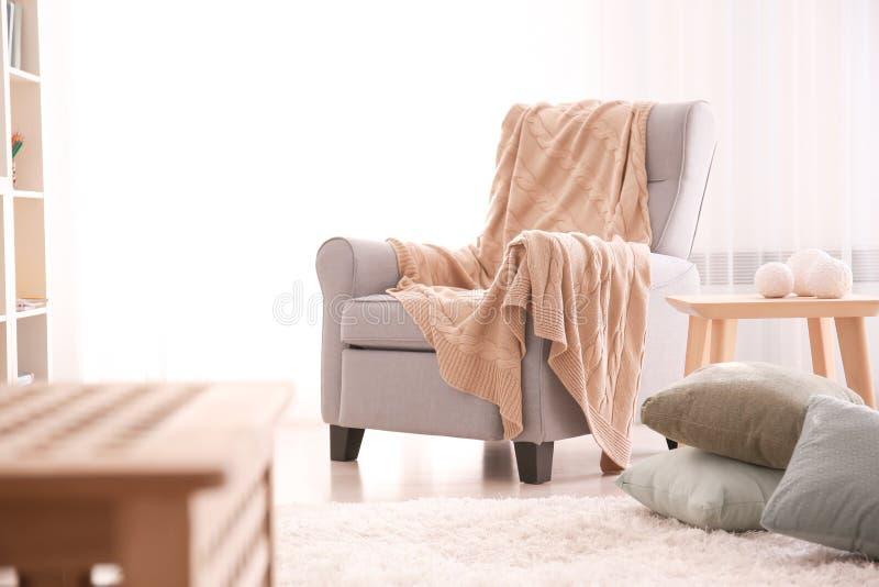 Elegant woonkamerbinnenland met leunstoel royalty-vrije stock foto