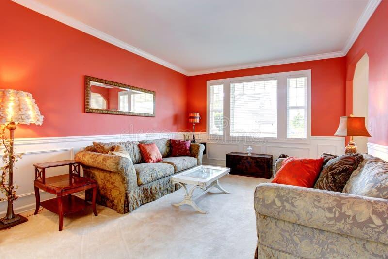 Elegant woonkamerbinnenland in rode kleur stock foto