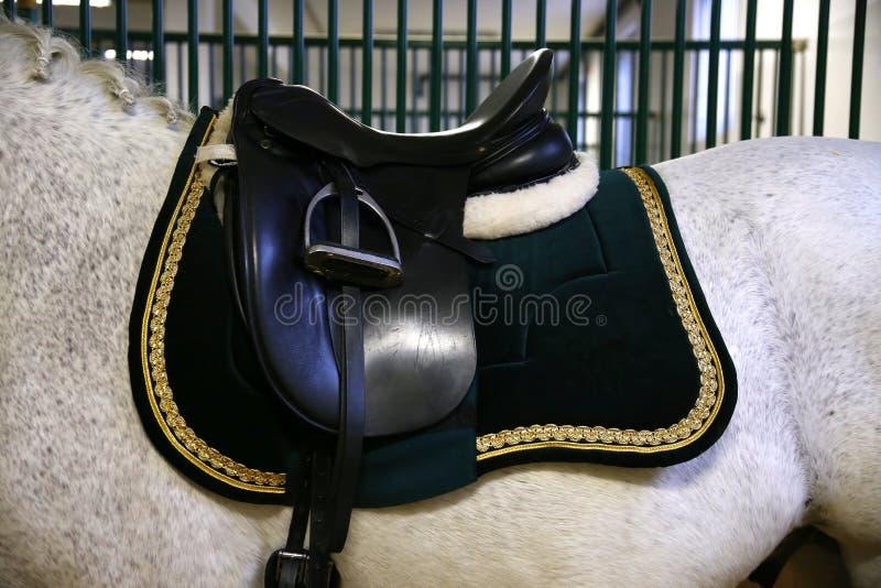 Elegant zadel voor ruiters op horseback in de schuur royalty-vrije stock afbeeldingen