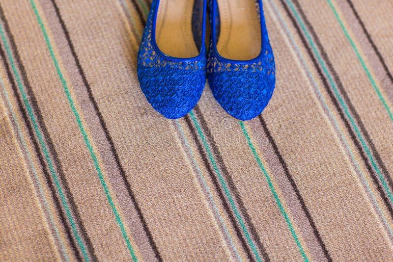 Eleganta blått sänker skor för kvinnor royaltyfria bilder