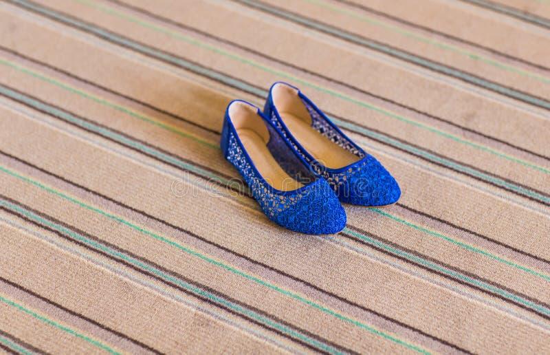 Eleganta blått sänker skor för kvinnor arkivfoton