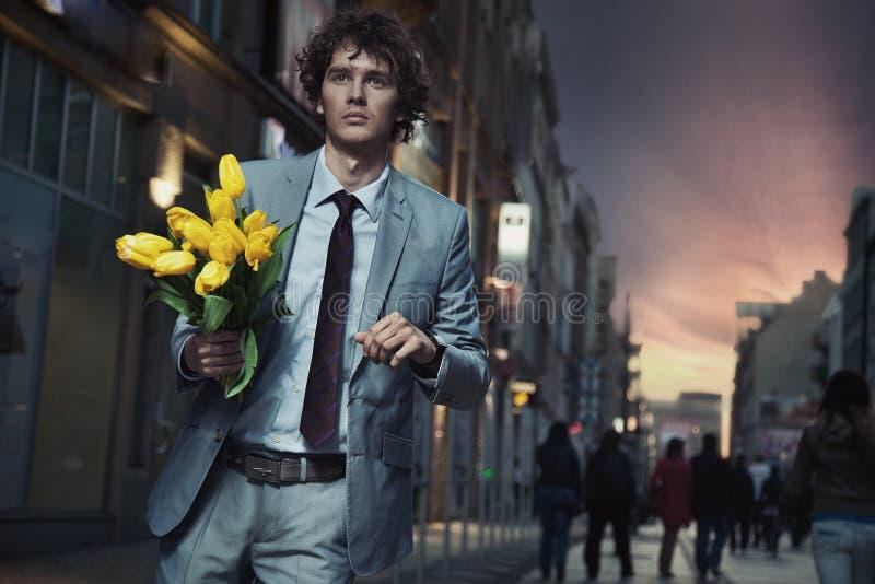 eleganta blommor som rymmer mannen