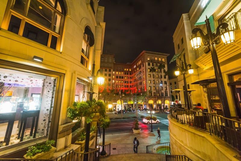 Eleganta byggnader i rodeodrev vid natt arkivfoton