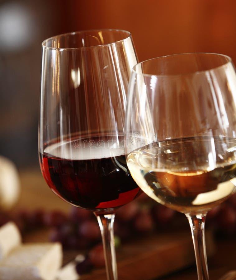 Eleganta exponeringsglas av rött och vitt vin fotografering för bildbyråer