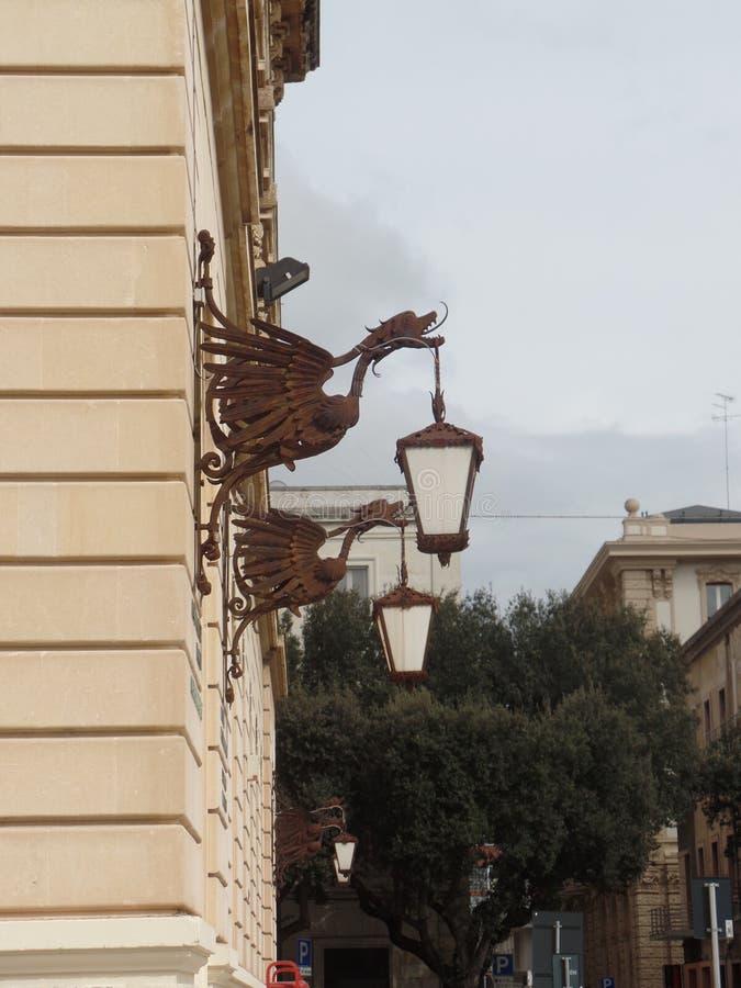 Eleganta gatalampor i Lecce, Puglia, sydliga Italien arkivbild