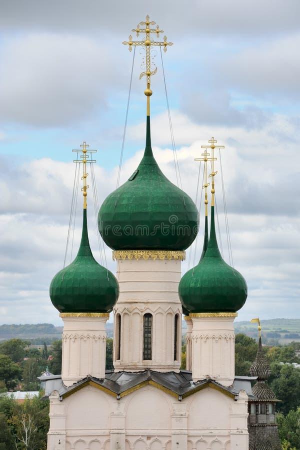 Eleganta gröna kupoler av kyrkan av St John prästen i Rostov royaltyfri fotografi