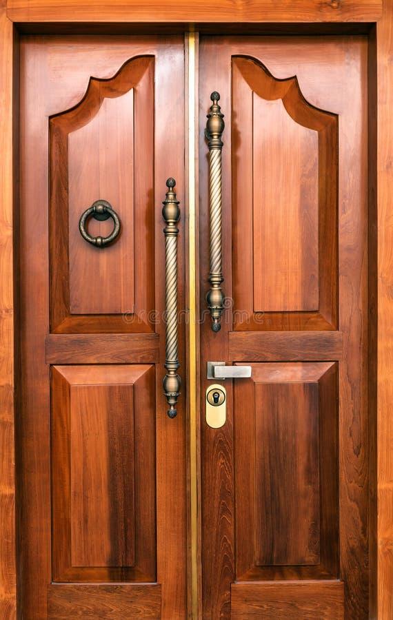 Eleganta ingångsdörrar royaltyfria bilder