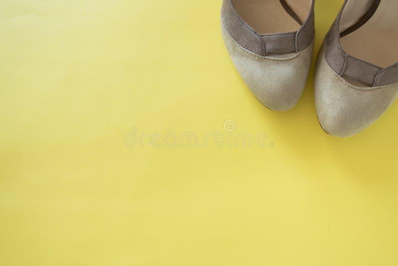 Eleganta kvinnliga skor på gul bakgrund, utrymme för text Lekmanna- l?genhet, b?sta sikt Minsta modebegrepp royaltyfri foto