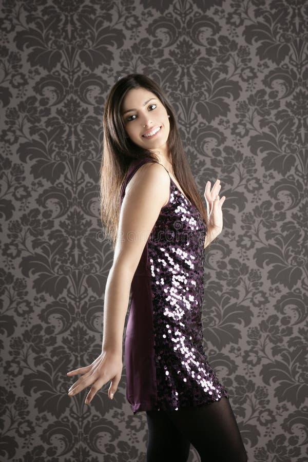 Eleganta modekvinnasequins klär wallpaperen royaltyfri foto