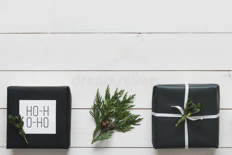 Eleganta nordiska retro julgåvor skrivbordsikt från över, DIY-begrepp royaltyfri fotografi