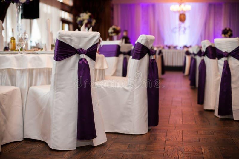 Eleganta och stilfulla lilor färgar bröllopmottagande på den lyxiga restaurangen royaltyfri bild