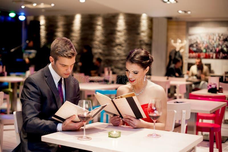 Eleganta par på restaurangen royaltyfria foton