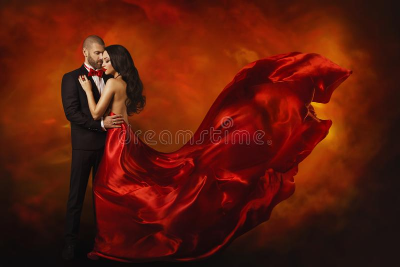 Eleganta par som dansar kvinnan i röd klänning med mannen arkivbild