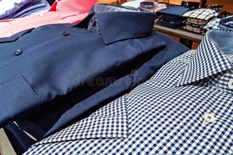 Eleganta skjortor för män arkivfoton