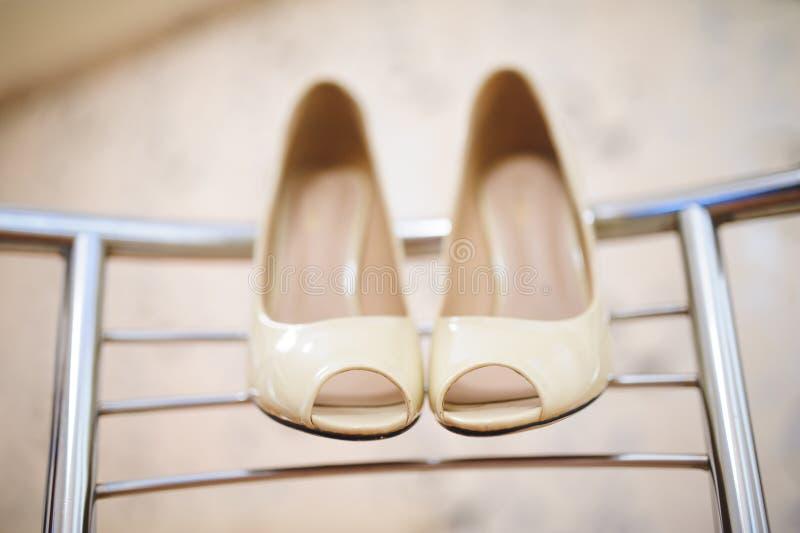 Eleganta skor på stols baksida royaltyfri foto
