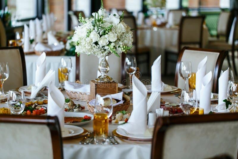 Eleganta stilfulla dekorerade tabeller för bröllopmottagande med exponeringsglas royaltyfria foton