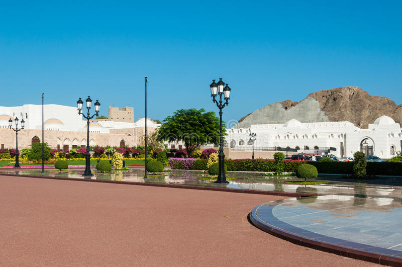 Eleganta trädgårdar av Al Alam Palace Sultan Qaboos Muscat, Oman fotografering för bildbyråer