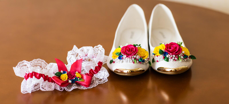 Eleganta vitlägenhetskor för kvinnor arkivbild