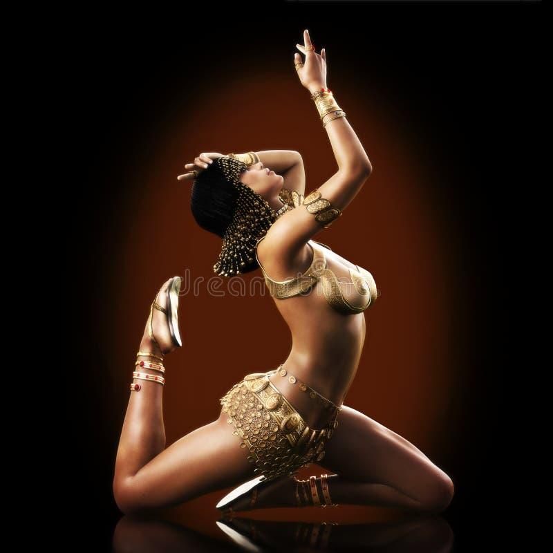 Elegante ägyptische weibliche Aufstellung mit einem Farbhintergrund lizenzfreie abbildung